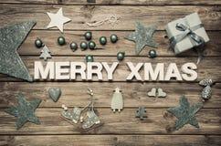 Vrolijke Kerstmis: de kaart van de Kerstmisgroet met blauwe en witte decorati Stock Afbeeldingen