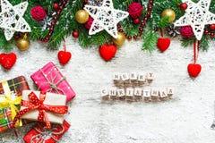 Vrolijke Kerstmis De kaart van de Kerstmisgroet met spar, decoratie Royalty-vrije Stock Foto