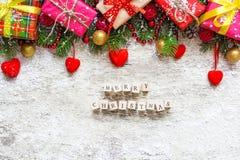 Vrolijke Kerstmis De kaart van de Kerstmisgroet op witte houten achtergrond Stock Afbeelding