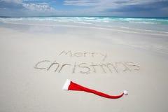 Vrolijke Kerstmis die op een tropisch strand wordt geschreven Royalty-vrije Stock Fotografie