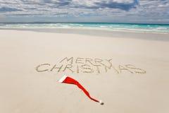 Vrolijke Kerstmis die op een tropisch strand wordt geschreven Royalty-vrije Stock Afbeeldingen
