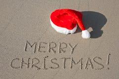 Vrolijke Kerstmis die op zand wordt geschreven Royalty-vrije Stock Afbeelding
