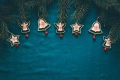 Vrolijke Kerstmis en de Gelukkige achtergrond van de Nieuwjaargroet met spar vertakken zich en houten speelgoed Stock Foto