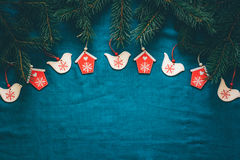 Vrolijke Kerstmis en de Gelukkige achtergrond van de Nieuwjaargroet met spar vertakken zich en houten speelgoed Stock Afbeeldingen