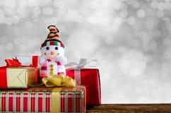 Vrolijke Kerstmis en de Gelukkige achtergrond van het Nieuwjaar Sneeuwman en gift Stock Fotografie