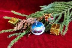 Vrolijke Kerstmis en de Gelukkige kaart van de Nieuwjaargroet met Kerstmisbal, giftdozen en vakantiedecoratie royalty-vrije stock afbeelding