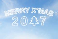 Vrolijke Kerstmis 2017 en de wolk van de Kerstmisboom op hemel Stock Foto's