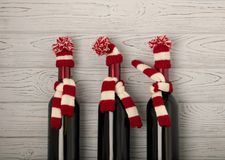 Vrolijke Kerstmis en een Gelukkig Nieuwjaar! Flessen wijn in een knitt royalty-vrije stock afbeeldingen