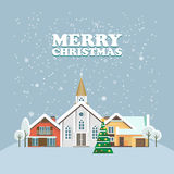 Vrolijke Kerstmis en een Gelukkige kaart van de Nieuwjaar vectorgroet in modern vlak ontwerp Kerstmisstad Sneeuw en blauwe hemel  Royalty-vrije Stock Foto's
