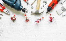 Vrolijke Kerstmis en Gelukkig de Hulpmiddelen van Nieuwjaren Handig Constrcution concept als achtergrond De handige handige hulpm stock fotografie