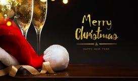 Vrolijke Kerstmis en gelukkig Nieuw jaar; champagne en Kerstmanhoed Stock Afbeelding