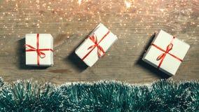 Vrolijke Kerstmis en gelukkig nieuw jaar 2019 concept Feestelijke decoratie met giftdozen, Kerstmisdecoratie en giften op houten royalty-vrije stock afbeeldingen