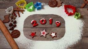 Vrolijke Kerstmis en Gelukkig nieuw jaar! Eigengemaakte gemberkoekjes op houten lijst exemplaar ruimte voor uw tekst verontreinig stock videobeelden