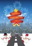 Vrolijke Kerstmis en gelukkig nieuw jaar op een rode ribbin en een Sneeuwman met weg aan de achtergrond van de nachtstad Stock Afbeelding