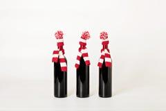 Vrolijke Kerstmis en Gelukkig Nieuwjaar Drie flessen wijn Stock Afbeeldingen