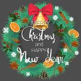 Vrolijke Kerstmis en Gelukkig Nieuwjaar Een feestelijke pijnboomkroon met sinaasappelen, kaneel en een mooie klok met een boog royalty-vrije illustratie