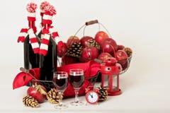 Vrolijke Kerstmis en Gelukkig Nieuwjaar Flessen wijn in gebreid Stock Foto