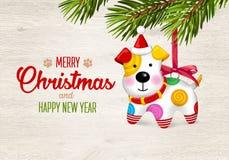 Vrolijke Kerstmis en Gelukkig Nieuwjaar Gelukkige kleine hond Gele kegels op witte achtergrond De hond is symbool van het jaar va Royalty-vrije Stock Fotografie