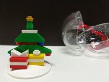 Vrolijke Kerstmis en Gelukkig Nieuwjaar, gesloten omhoog kleurrijke Kerstmisboom en uiterst kleine het stuk speelgoed van de gift Stock Foto