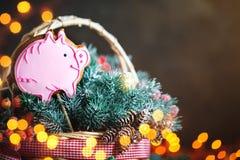 Vrolijke Kerstmis en Gelukkig Nieuwjaar Mand met Kerstmisspeelgoed en Kerstmisgiften op een houten achtergrond stock fotografie