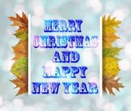 Vrolijke Kerstmis en Gelukkig Nieuwjaar op blauwe bokehachtergrond Stock Foto's