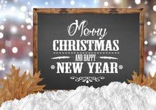 Vrolijke Kerstmis en Gelukkig Nieuwjaar op leeg bord met de bladeren van de onduidelijk beeldstad met sneeuw Royalty-vrije Stock Afbeelding