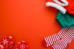 Vrolijke Kerstmis en Gelukkig Nieuwjaar Rode achtergrond stock fotografie