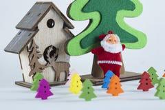 Vrolijke Kerstmis en Gelukkig Nieuwjaar, Santa Claus en Kerstbomen op witte achtergrond Royalty-vrije Stock Foto's