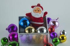 Vrolijke Kerstmis en Gelukkig Nieuwjaar, Santa Claus op de witte achtergrond van de giftdoos Stock Foto