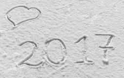 Vrolijke Kerstmis en Gelukkig Nieuwjaar Sneeuwachtergrond met harten en de inschrijving 2017 Royalty-vrije Stock Foto's