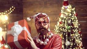 Vrolijke Kerstmis en Gelukkig Nieuwjaar Wens u vrolijke Kerstmis Kerstmanpret De Viering van Kerstmis Portret van brutaal stock videobeelden