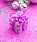 Vrolijke Kerstmis en Gelukkige de giftreeksen van de Nieuwjaar purpere doos jpg Stock Foto's