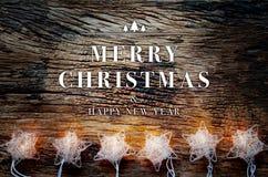 Vrolijke Kerstmis en gelukkige nieuwe jaartekst op uitstekende houten lijst Stock Afbeeldingen