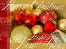 Vrolijke Kerstmis en Gelukkige Nieuwjaar feestelijke kaart met rood en geel Kerstboomspeelgoed, teksten en hart op houten achterg Royalty-vrije Stock Afbeeldingen
