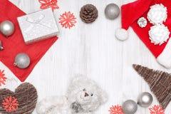 Vrolijke Kerstmis en Gelukkige Nieuwjaar gouden en rode decoratie op een witte achtergrond Royalty-vrije Stock Foto