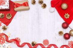 Vrolijke Kerstmis en Gelukkige Nieuwjaar gouden en rode decoratie op een witte achtergrond Stock Foto