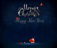 Vrolijke Kerstmis en Gelukkige Nieuwjaar kalligrafische inschrijving Santa Claus gaat door het donkerblauwe nachtbos met a Royalty-vrije Stock Afbeeldingen