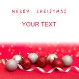 Vrolijke Kerstmis en Gelukkige Nieuwjaarskaart met rode en zilveren bal Stock Foto's