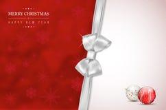 Vrolijke Kerstmis en Gelukkige Nieuwjaarskaart met zilveren boog Stock Afbeeldingen