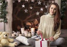 Vrolijke Kerstmis en Gelukkige Vakantie! Het mooie meisje is sittin Stock Afbeeldingen