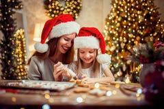 Vrolijke Kerstmis en gelukkige vakantie Moeder en dochter kokende Kerstmiskoekjes royalty-vrije stock afbeelding