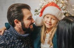 Vrolijke Kerstmis en Gelukkige Vakantie Vrolijke Moeder, vader en haar leuk dochtermeisje die giften ruilen Ouder en Royalty-vrije Stock Foto's