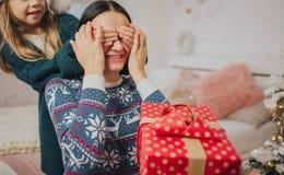 Vrolijke Kerstmis en Gelukkige Vakantie Vrolijke Moeder, vader en haar leuk dochtermeisje die giften ruilen Ouder en Stock Afbeelding