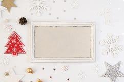 Vrolijke Kerstmis en het nieuwe model van het jaarkader Kerstmisherten, zilveren ster, sneeuwvlokken en Rode Kerstboom flatlay royalty-vrije stock afbeeldingen