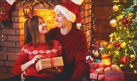 Vrolijke Kerstmis! familiepaar met magische Kerstmisgift Royalty-vrije Stock Afbeeldingen