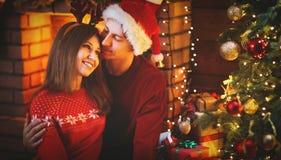 Vrolijke Kerstmis! familiepaar met magische Kerstmisgift Stock Foto