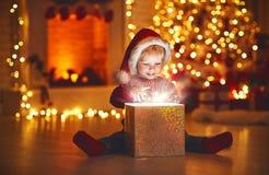 Vrolijke Kerstmis! gelukkige babyjongen met magische gift thuis royalty-vrije stock afbeelding