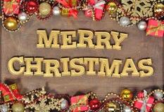 Vrolijke Kerstmis gouden tekst en Kerstmisdecoratie royalty-vrije stock foto's