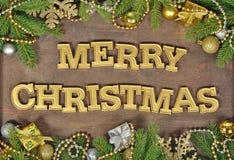 Vrolijke Kerstmis gouden tekst en nette tak en Kerstmisdeco royalty-vrije stock foto