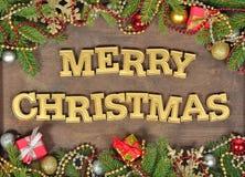 Vrolijke Kerstmis gouden tekst en nette tak en Kerstmisdeco royalty-vrije stock fotografie
